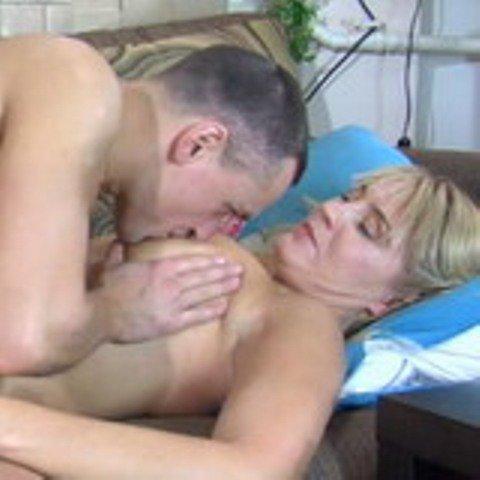 Порно видео мама пристала к спящему сыну