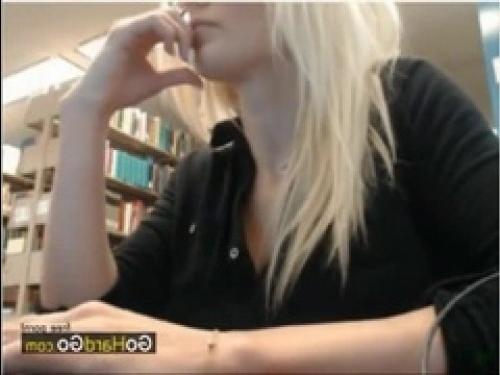 Онлайн мастурбация в библиотеке